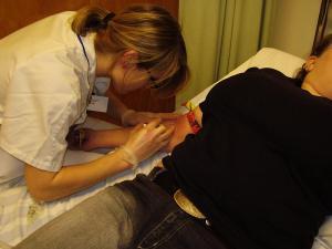 2006-12-10. Sköterskan stack in nålar för dropp kvällen innan operation. Inget jag gillade direkt haha :D