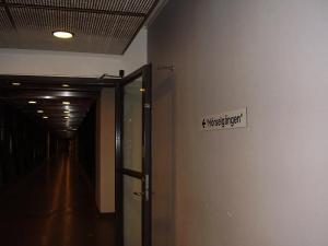 """2006-12-11. Jag körs iväg till operation genom korridoren som lustigt nog kallas """"Hörselgången"""", som skylten visar. :)"""
