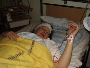 2006-12-11. Är tillbaka i rummet efter operation med bandage runt huvudet och mår väl sådär...